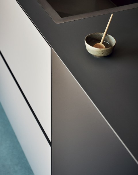Uninterrupted worktop and breakfast bar … - Image 1
